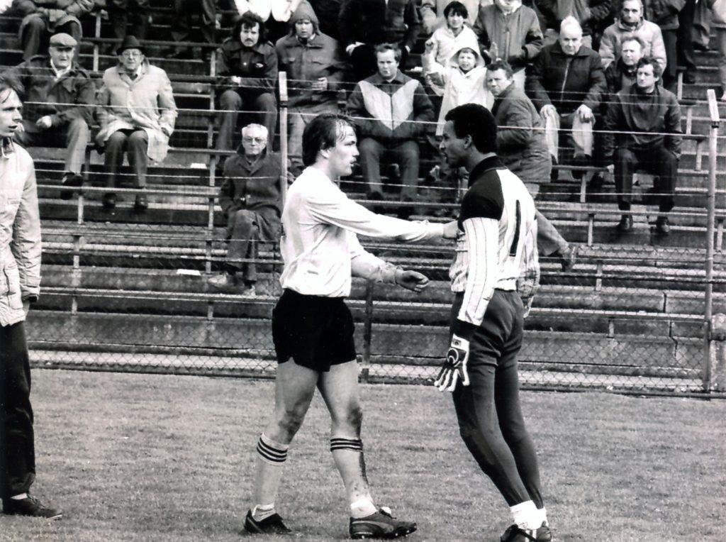 Vitessenaar Theo Bos in actie tegen de Graafschap 1985